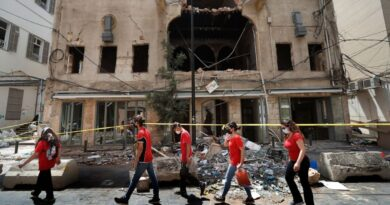 Dejados por el estado después de la explosión, los libaneses se ayudan entre sí