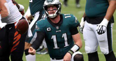 ¿Deberían los Eagles poner a Carson Wentz en el banco?  Jalen Hurts, Nick Foles agregan intriga a la pregunta del QB de Filadelfia