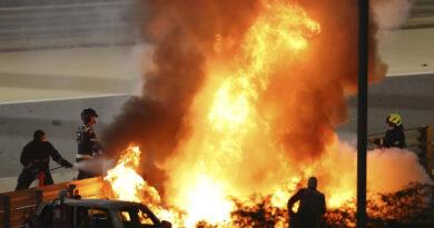 El piloto de F1 Romain Grosjean escapa después de un accidente automovilístico, se parte por la mitad y arde en llamas en el Gran Premio de Bahrein