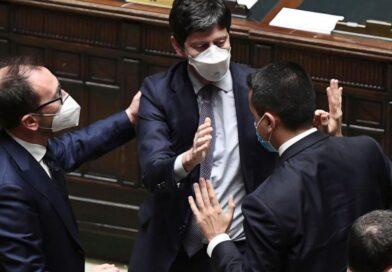 El primer ministro italiano gana la votación decisiva en el Senado por un margen muy pequeño