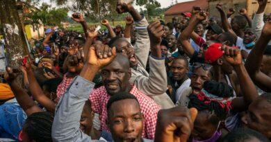 Uganda dice que presidente gana sexto mandato como presunto fraude electoral