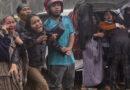Decenas de personas murieron cuando un poderoso terremoto estrelló casas y edificios en Indonesia