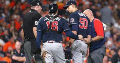 Charlie Morton de los Bravos de Atlanta se fracturó el peroné mientras vencía a los Astros de Houston en el Juego 1 de la Serie Mundial.